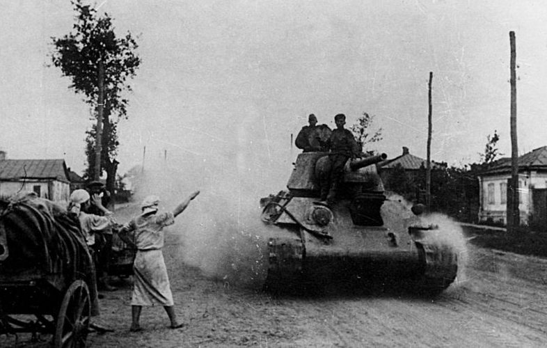 Войска Степного фронта входят в Белгород.