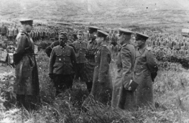 Капитуляция японского гарнизона острова Матуа перед советскими войсками.