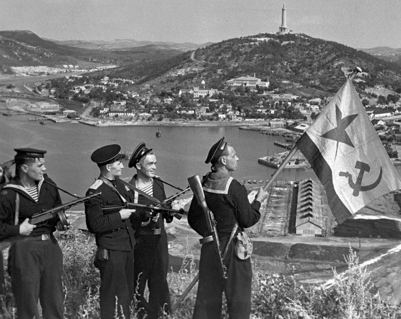 Морские пехотинцы Тихоокеанского флота поднимают знамя в Порт-Артуре.