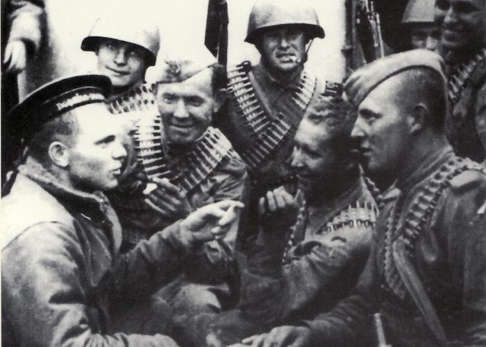 Советские десантники на палубе транспорта во время перехода к острову Шумшу.