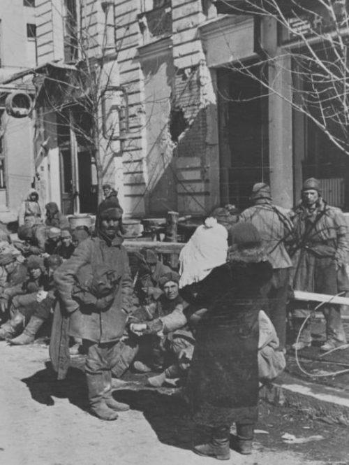 Советские пленные на улице города. Март 1943 г.