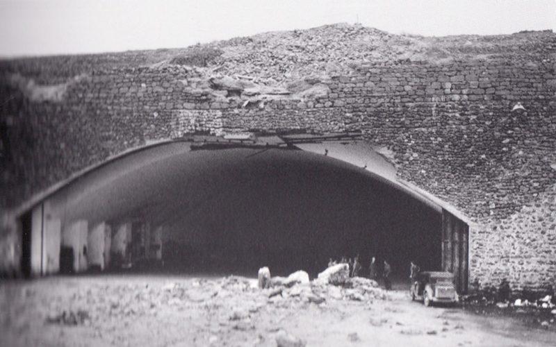 Подземный ангар самолетов на острове после бомбардировки.