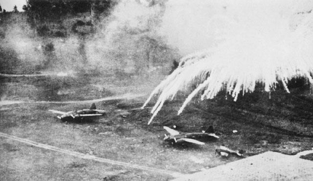 Фосфорные бомбы взрываются над японским аэродромом в Рабауле.