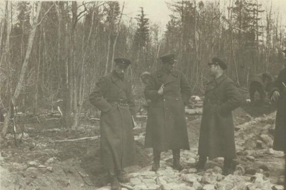 Строительство гати через болото в районе Тихвин-Кобона. Октябрь 1941 г.