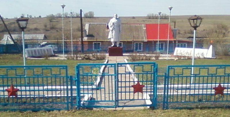 д. Бродиловка Тепло-Огаревского р-на. Памятник, установленный на братской могиле советских воинов, погибших в годы войны.