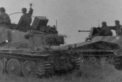 Немецкие САУ на исходной позиции.