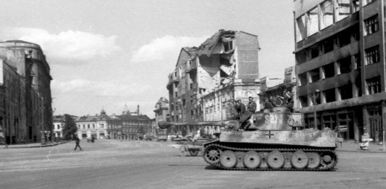 Немецкий «Тигр» на площади Харькова.
