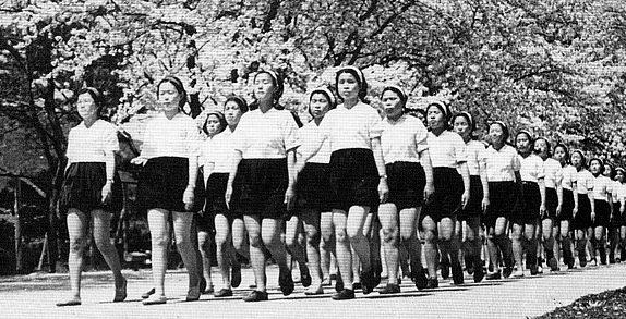 Строевые занятия для девочек в школе Икуно. 1940 г.