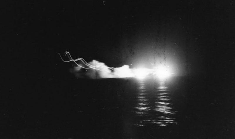 Легкие крейсера «Сент-Луис» и «Линдер» ведут огонь по японскому крейсеру «Дзинцу».