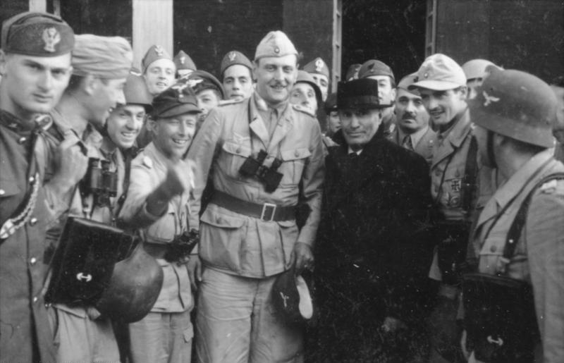 Отто Скорцени и Муссолини у входа в отель.