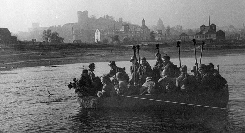 Красноармейцы переправляются через Днепр.