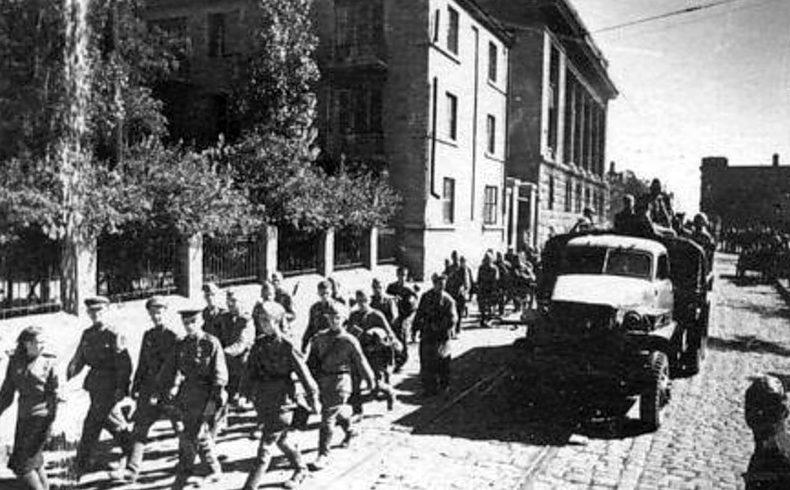 Красная Армия входит в Сталино.