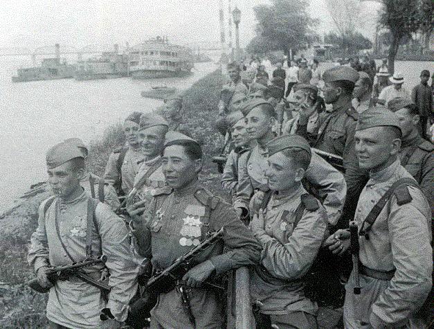 Высадка Советские солдаты на набережной реки Сунгари.