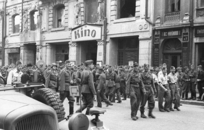 Немецкие солдаты возле кинотеатра «1-й Комсомольский». Лето 1943 г.
