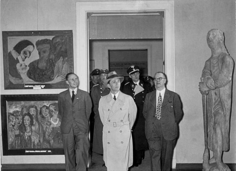 Геббельс рассматривает «дегенеративное» искусство на выставке.