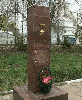 г. Донской. Памятник Герою Советского Союза Гудзь П.М., установленный на Бобрик-горе.