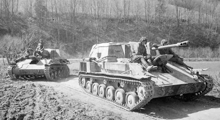 Советские танки и САУ в австрийских Альпах. 9 мая 1945 г.