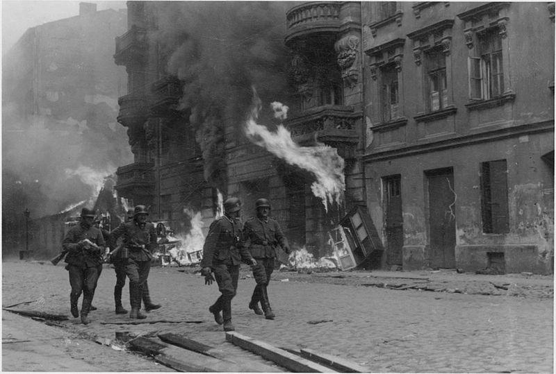 Солдаты СС в Варшавском гетто во время восстания.