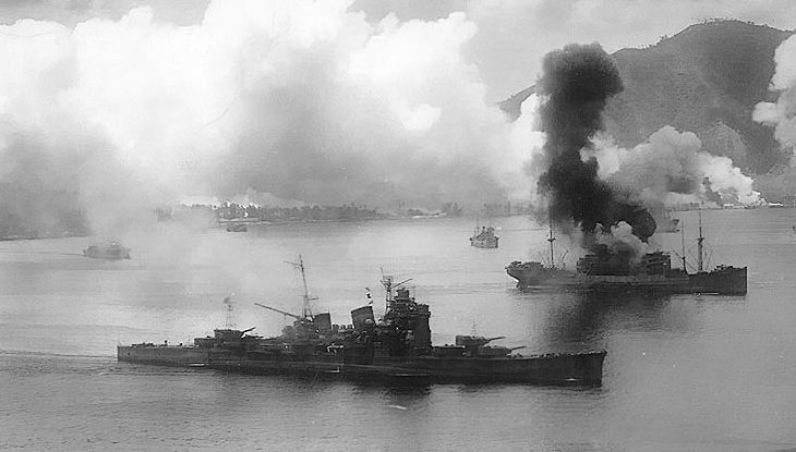 Самолеты ВВС США атакуют японские корабли в гавани Симпсона.