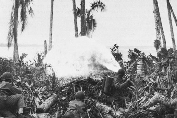 Американцы во время битвы за аэродром в Мунде.