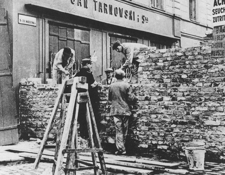 Строительство стены, огораживающей гетто. 1940 г.