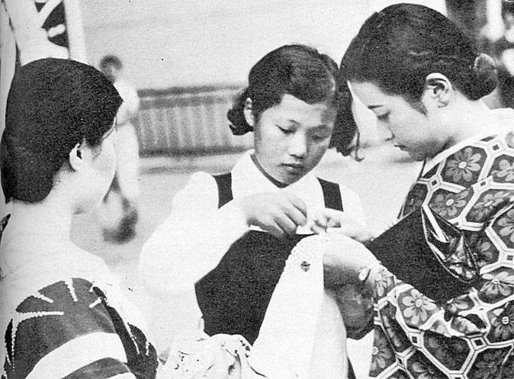 Школьницы за вышиванием сэннинбари –ритуального пояса для военнослужащих. 1940 г.