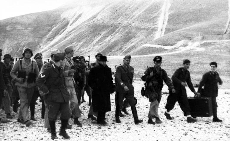 Муссолини и Скорцени на пути из отеля к самолету на плато Гран Сассо.