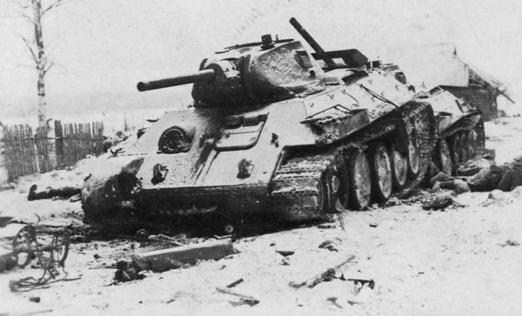 Подбитый советский танк.