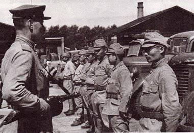 Японские солдаты сдаются в плен.