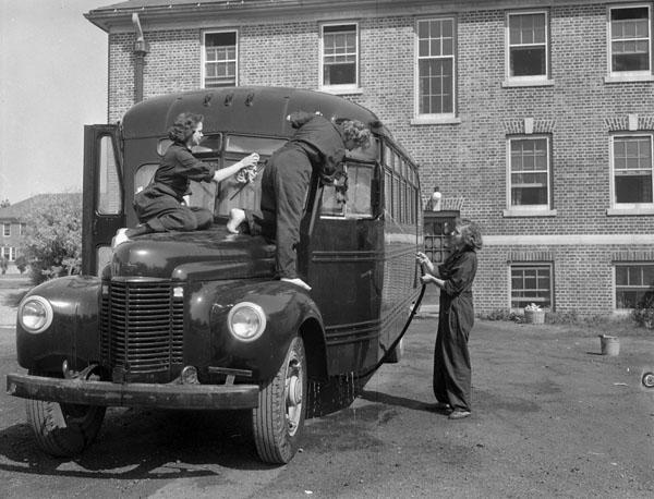 Служащие WRCNS моют автобус на базе Conestoga. Онтарио, июль 1943 г.