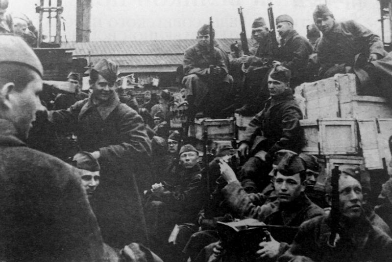 Красноармейцы перед отправкой на фронт на вокзале в Архангельске. 1941 г.