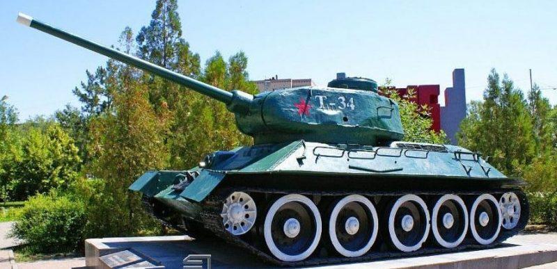 г. Астрахань. Памятник-танк Т-34-85, установленный на восточной оконечности бульвара Победы, в память о боях Великой Отечественной войны.