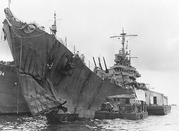Легкий крейсер с поврежденным носом.