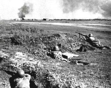 Красноармейцы в обороне на Миус-фронте.