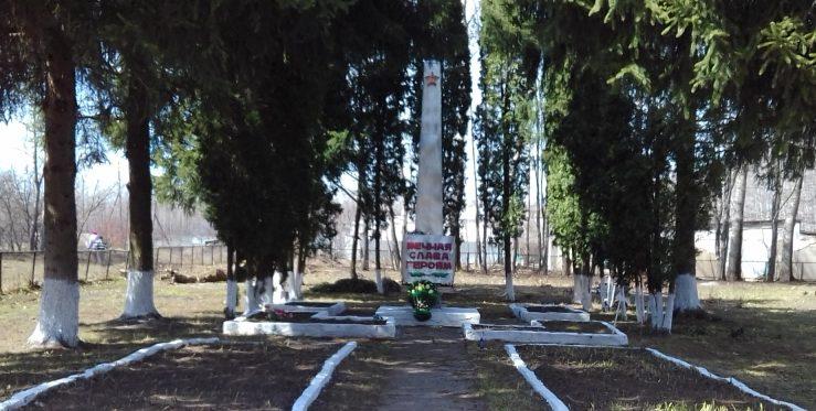 п. Горьковский Тепло-Огаревского р-на. Памятник, установленный на братской могиле советских воинов, погибших в годы войны.