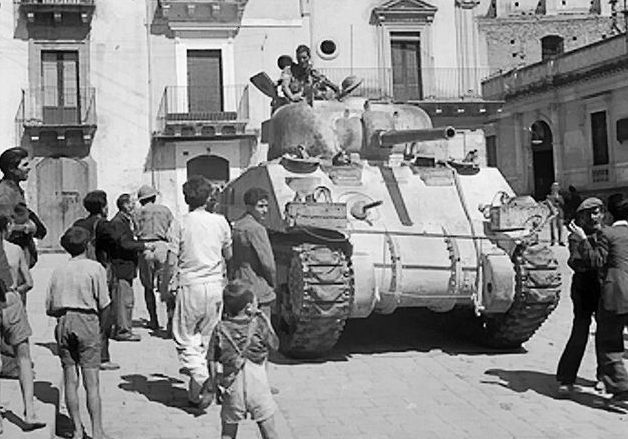 Британский танк «Шерман» на улицах сицилийского города Франкофоны.