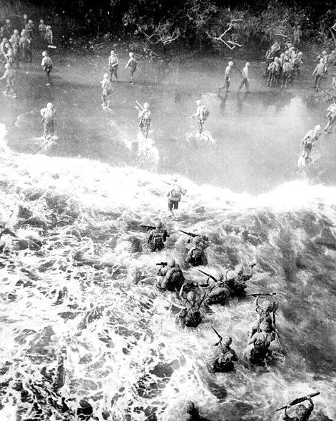Американские морские пехотинцы высаживаются на пляжи мыса Глостер.
