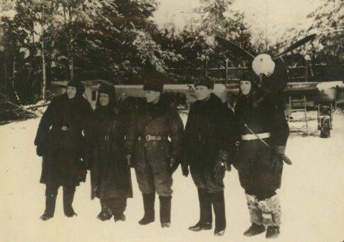 Советские летчики-штурмовики в Тихвине. Ноябрь 1941 г.