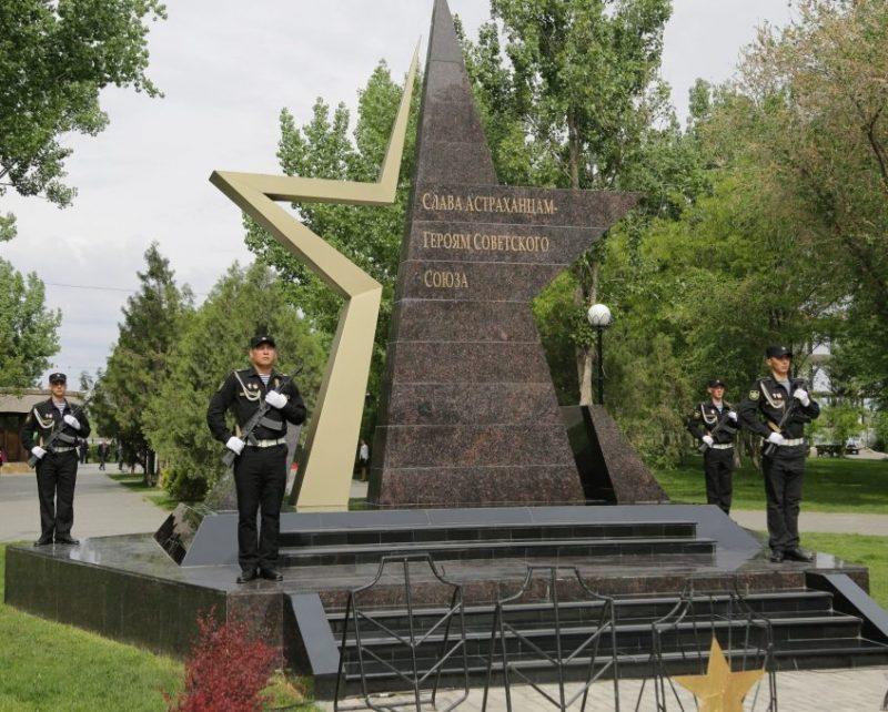 г. Астрахань. Мраморная звезда в память о героях Великой Отечественной войны, была открыта в 2015 году. Она окруженная обелисками, на которых нанесены фамилии воинов-астраханцев - 117 Героев Советского Союза и 14 полных кавалеров ордена Славы.
