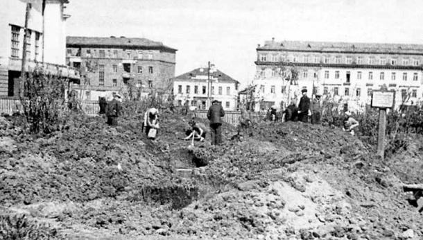 Горожане на строительстве укрытий. 1941 г.