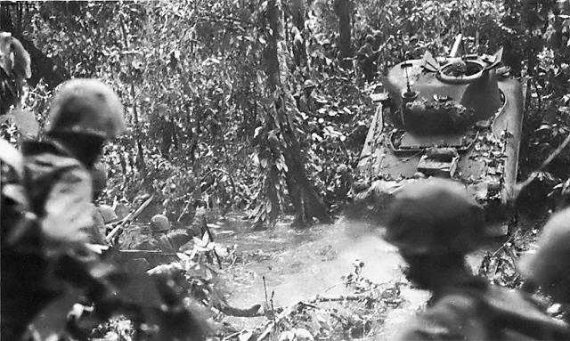 Американские войска переправляются через реку при поддержке танков.