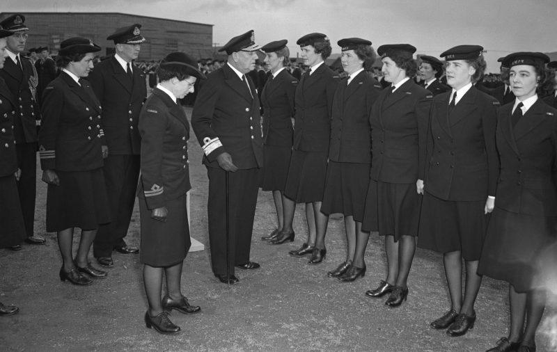 Осмотр служащих WRCNS. 1943 г.