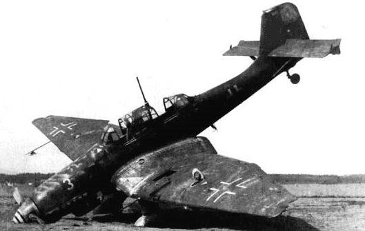 Сбитый немецкий истребитель.
