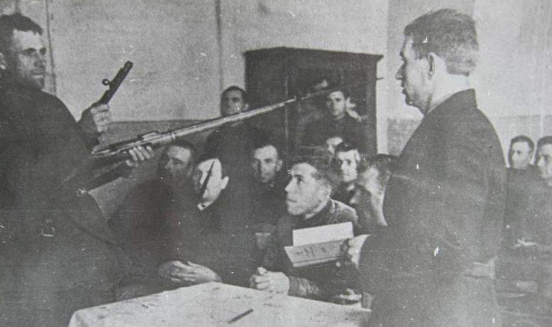 Занятие по всеобщему военному обучению. 1941 г.