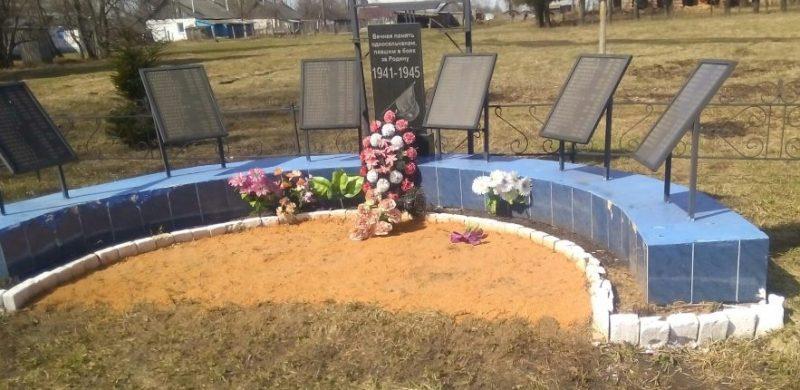 д. Крюковка Тепло-Огаревского р-на. Памятник, установленный в 2000 году, советским воинам, погибшим в годы войны.