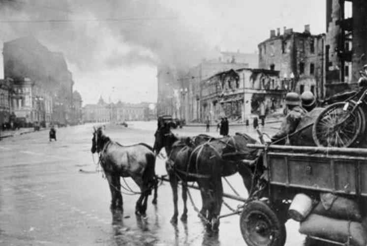 Немецкие войска уходят из города.