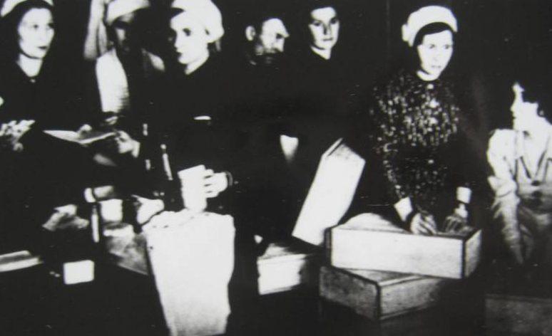 Отправка посылок на фронт. 1941 г.