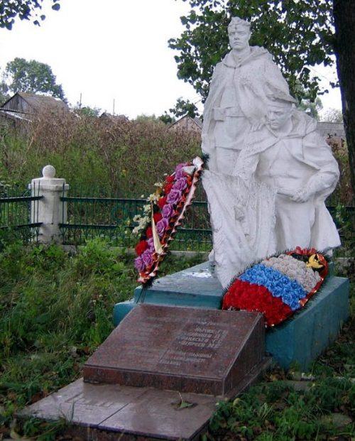 д. Княгинино Новомосковского р-на. Памятник, установленный в 1957 году на братской могиле, в которой похоронено 15 советских воинов, в т.ч. 3 неизвестных, погибших в годы войны.