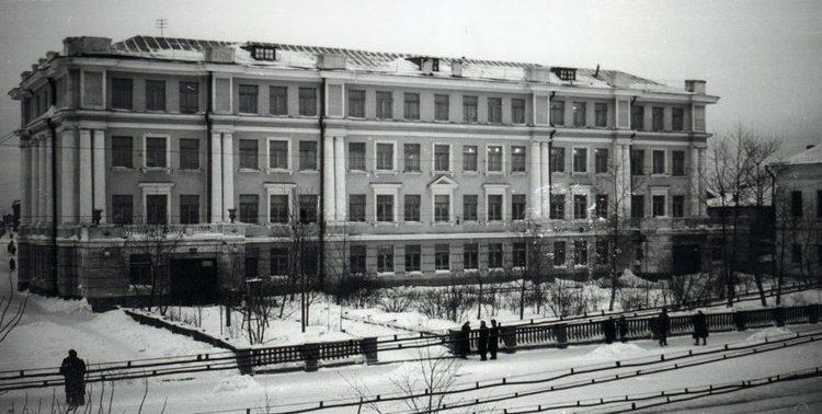 Здание, переоборудованное под госпиталь. 1941 г.