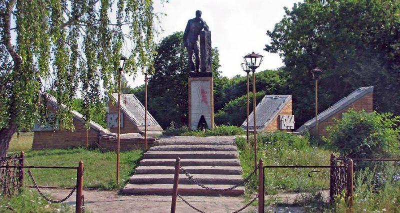 д. Малая Огаревка Тепло-Огаревского р-на. Памятник землякам, погибшим в годы войны.